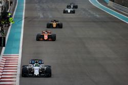 Felipe Massa, Williams FW40, devant Fernando Alonso, McLaren MCL32