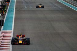 Max Verstappen, Red Bull Racing RB13, leads Nico Hulkenberg, Renault F1 Team RS17