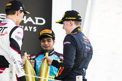 Podium : le vainqueur Niko Kari, Arden International, le deuxième George Russell, ART Grand Prix, le troisième Arjun Maini, Jenzer Motorsport