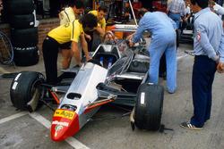 Los mecánicos trabajan en el Ferrari 126C2 de Didier Pironi