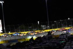 Brad Keselowski, Team Penske, Ford Fusion Discount Tire e Martin Truex Jr., Furniture Row Racing, Toyota Camry 5-hour ENERGY/Bass Pro Shops