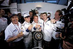 Jackie Stewart, Paul Stewart, e il team Stewart festeggiano la loro prima vittoria con Johnny Herbert e il terzo posto di Rubens Barrichello