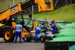 I marshals rimuovono la monoposto incidentata di Lewis Hamilton, Mercedes AMG F1 W08, dopo l'inciden