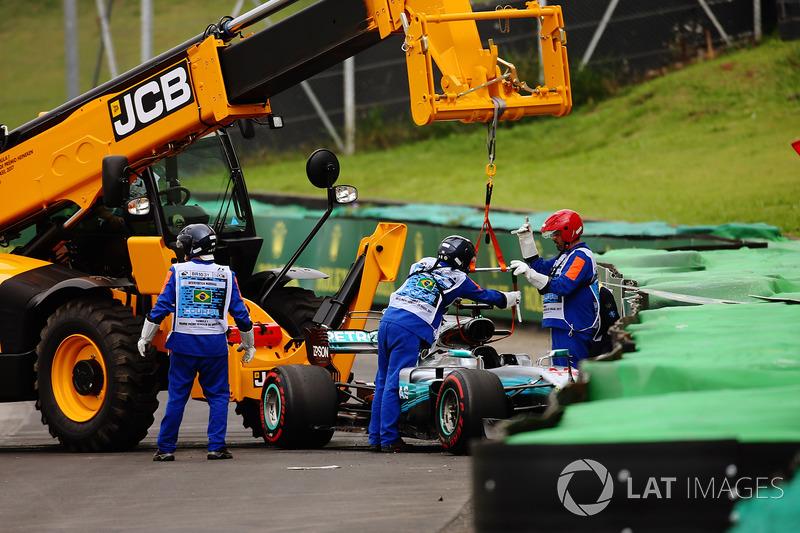 I marshals rimuovono la monoposto incidentata di Lewis Hamilton, Mercedes AMG F1 W08, dopo l'incidente in Q1