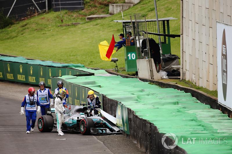Lewis Hamilton, Mercedes AMG F1 W08, sale de su coche chocado