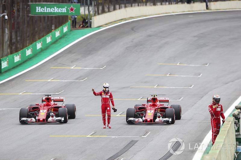 Sebastian Vettel, Ferrari SF70H, Kimi Raikkonen, Ferrari SF70H, se equivocan al llegar en parc ferme