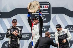 Podium: Race winner Rob Huff, Sébastien Loeb Racing Volkswagen Golf GTI TCR