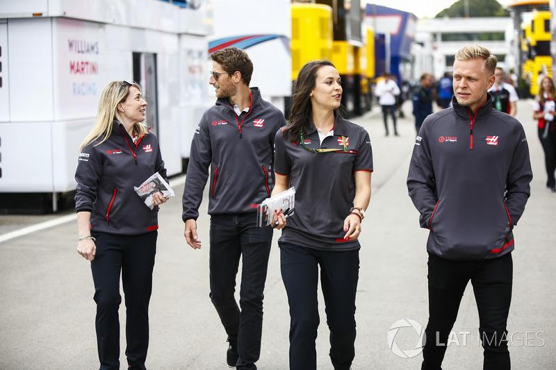 Romain Grosjean, Haas F1 Team, e Kevin Magnussen, Haas F1 Team, accompagnano due colleghe nel paddock