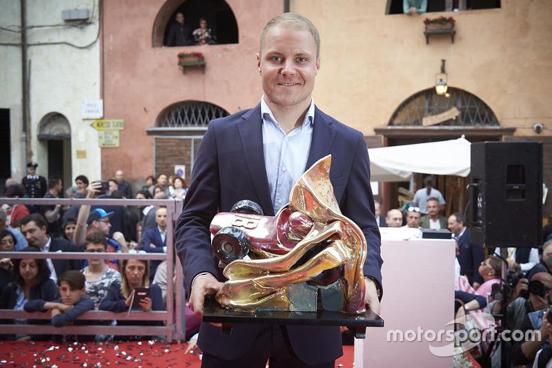 Валттери Боттас и трофей Лоренсо Бандини, Mercedes AMG F1