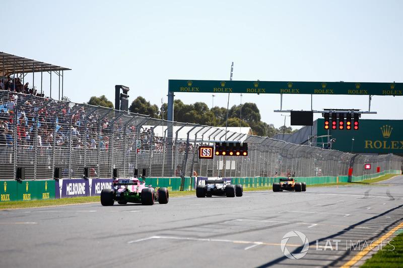 Stoffel Vandoorne, McLaren MCL33 Renault, Lewis Hamilton, Mercedes AMG F1 W09, ve Sergio Perez, Force India VJM11 Mercedes