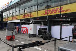 Les préparatifs du garage Haas F1 Team