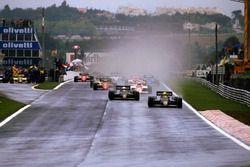 Старт гонки: лидирует Айртон Сенна, Lotus 97T Renault