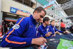 Гонщики Gulf Racing UK Майкл Уэйнрайт, Бенджамин Баркер и Александр Дэвисон