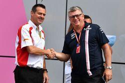 Martin Pope, DHL et Otmar Szafnauer, directeur des opérations de Force India Formula One Team