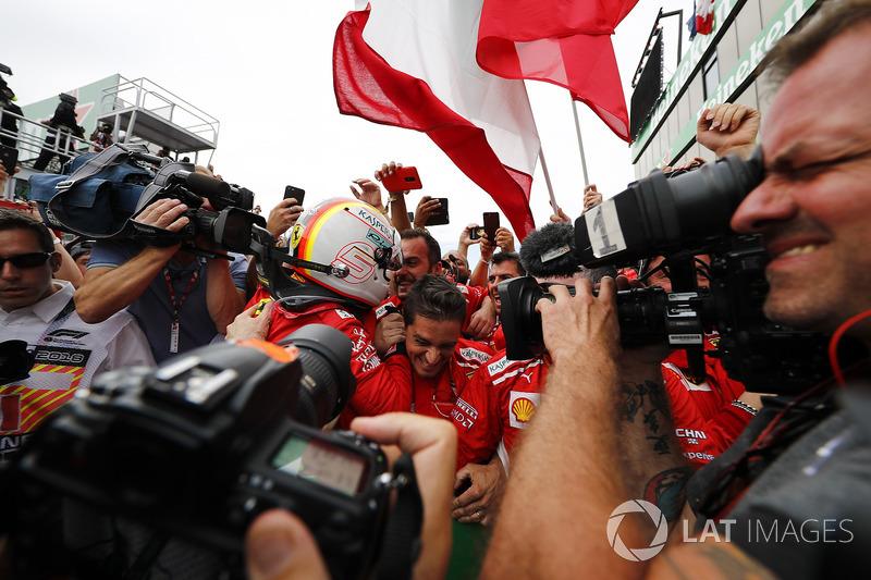 El ganador de la carrera de Canadá, Sebastian Vettel, Ferrari, celebra en parc ferme con su equipo