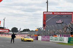 #63 Corvette Racing Chevrolet Corvette C7.R: Jan Magnussen, Antonio Garcia, Mike Rockenfeller, passe la ligne d'arrivée