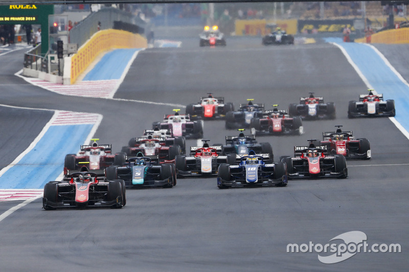 Race start with George Russell, ART Grand Prix leading Alexander Albon, DAMS and Sergio Sette Camara, Carlin