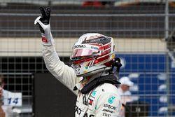 Zdobywca pole position Lewis Hamilton, Mercedes AMG F1, świętuję