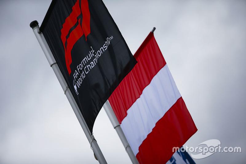 Le drapeau autrichien à côté d'un drapeau au logo de la Formule 1