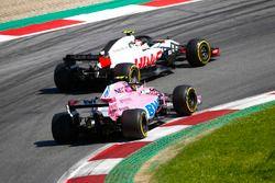 Kevin Magnussen, Haas F1 Team VF-18, en lutte avec Esteban Ocon, Force India VJM11