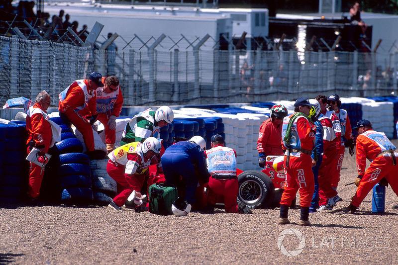 Michael intentó salir del accidentado Ferrari, pero cayó de nuevo en la cabina. Unos minutos más tarde lo pusieron en una camilla y lo llevaron en una ambulancia. El alemán saludó a los fanáticos, agitando su mano.