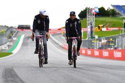 Esteban Ocon, Force India F1 et Sergio Perez, Force India roulent en vélo sur le circuit