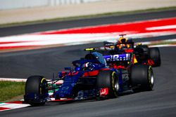 Pierre Gasly, Toro Rosso STR13, Daniel Ricciardo, Red Bull Racing RB14