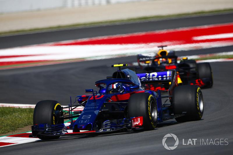 Pierre Gasly, Toro Rosso STR13, Daniel Ricciardo'nun önünde, Red Bull Racing RB14