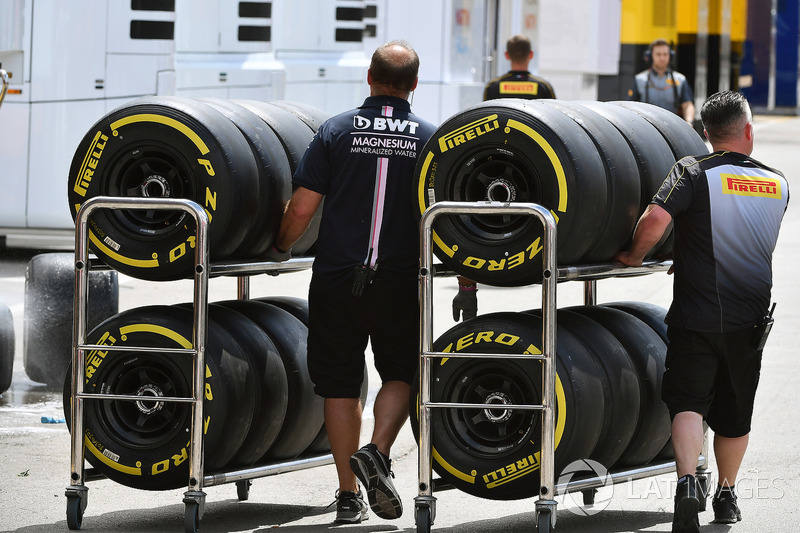 Force India F1 mechanics and Pirelli tyres