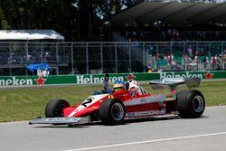 Jacques Villeneuve pilote la voiture de son père Gilles Villeneuve, 1978 Ferrari 312T