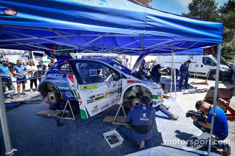 Meccanici al lavoro sulla Peugeot 208 T16 R5 di Paolo Andreucci, Anna Andreussi, Peugeot Sport Italia