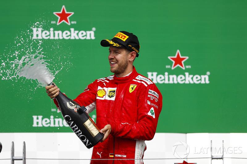 Sebastian Vettel, Ferrari, 1° classificato, spruzza lo Champagne