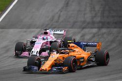 Stoffel Vandoorne, McLaren MCL33 et Sergio Perez, Force India VJM11