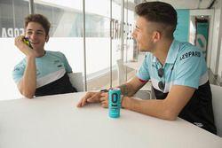Enea Bastianini und Lorenzo Dalla Porta mit Matteo Nugnes, Motorsport.com