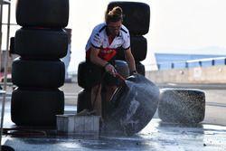 Un meccanico Sauber lava degli pneumatici Pirelli
