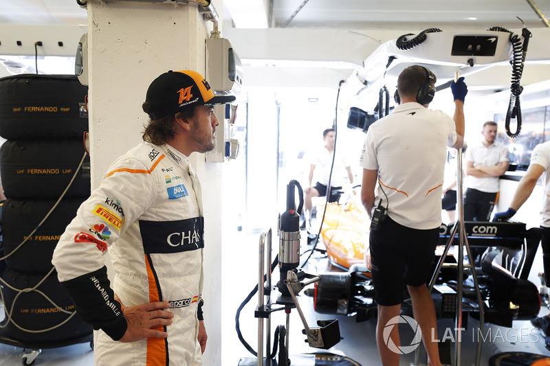 Fernando Alonso, McLaren, nel garage