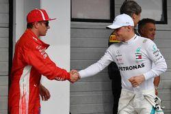 GAnador de la pole Lewis Hamilton, Mercedes AMG F1, segundo Valtteri Bottas, Mercedes AMG F1