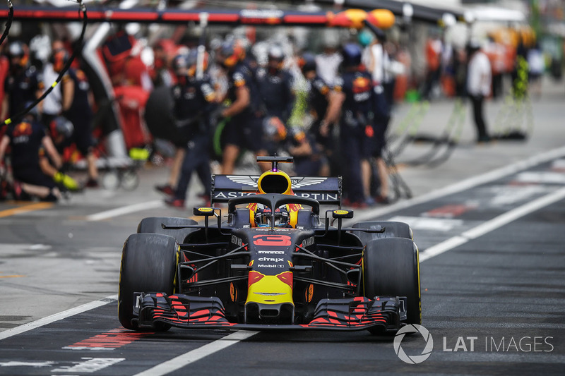 Daniel Ricciardo, Red Bull Racing RB14, deja los pozos después de una parada