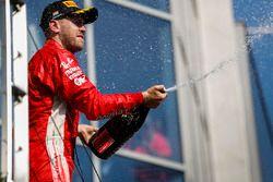 Podium: tweede plaats Sebastian Vettel, Ferrari op het podium met champagne