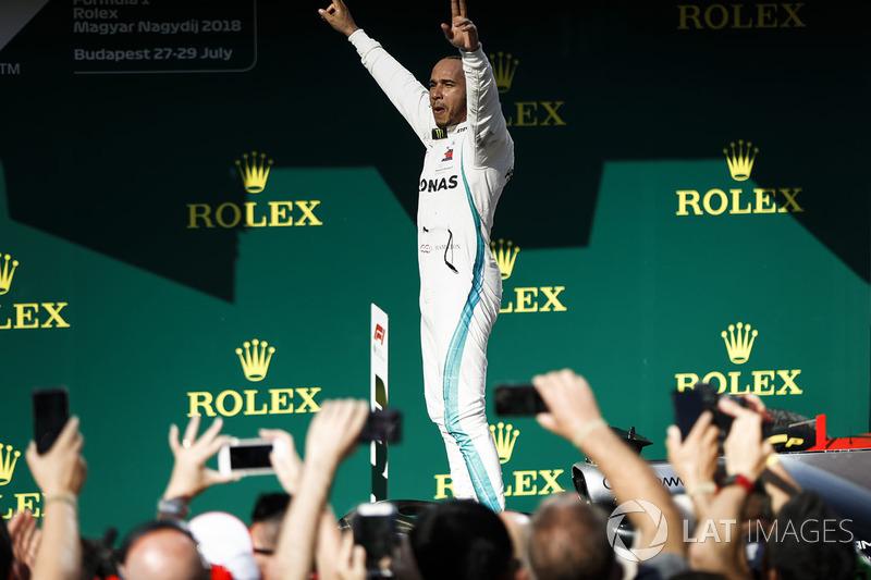 Il vincitore della gara Lewis Hamilton, Mercedes AMG F1, nel parco chiuso