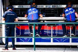 Franz Tost en teamleden Toro Rosso