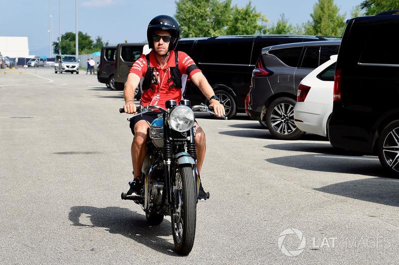 La moto Triumph de Sebastian Vettel, Ferrari