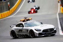 La voiture de sécurité devant Sebastian Vettel, Ferrari SF71H, et Lewis Hamilton, Mercedes AMG F1 W09