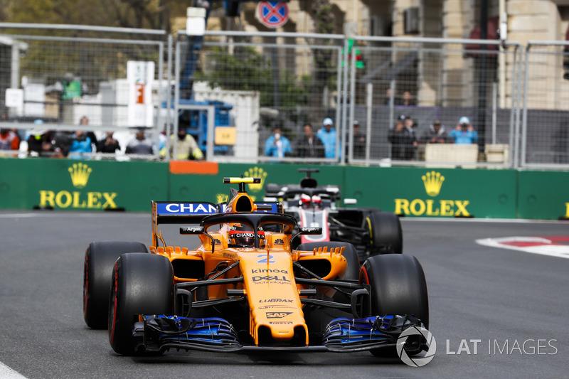 Stoffel Vandoorne, McLaren MCL33 Renault, Romain Grosjean, Haas F1 Team VF-18 Ferrari