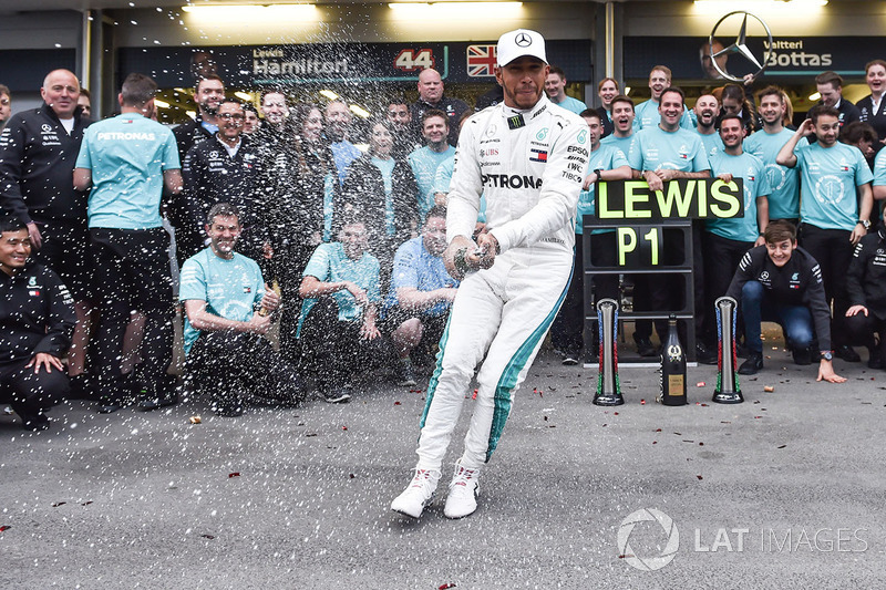 Race winner Lewis Hamilton, Mercedes-AMG F1 celebrates with the team and the champagne