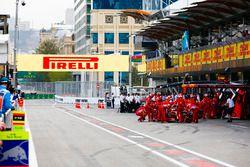 Kimi Raikkonen, Ferrari SF71H, dans les stands pendant les qualifs