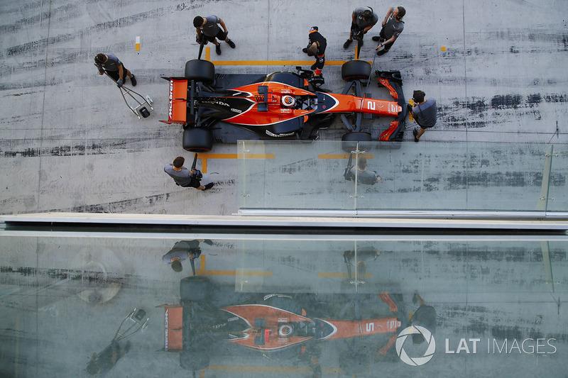 Stoffel Vandoorne, McLaren MCL32, paradas en su garaje de pits