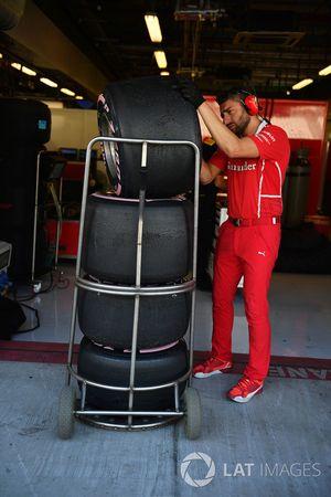 Ferrari monteur en banden Pirelli