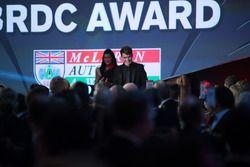 Premio McLaren Autosport BRC ganador Dan Ticktum se dirige al escenario