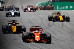 Fernando Alonso, McLaren MCL32, Nico Hulkenberg, Renault Sport F1 Team RS17, Carlos Sainz Jr., Renau